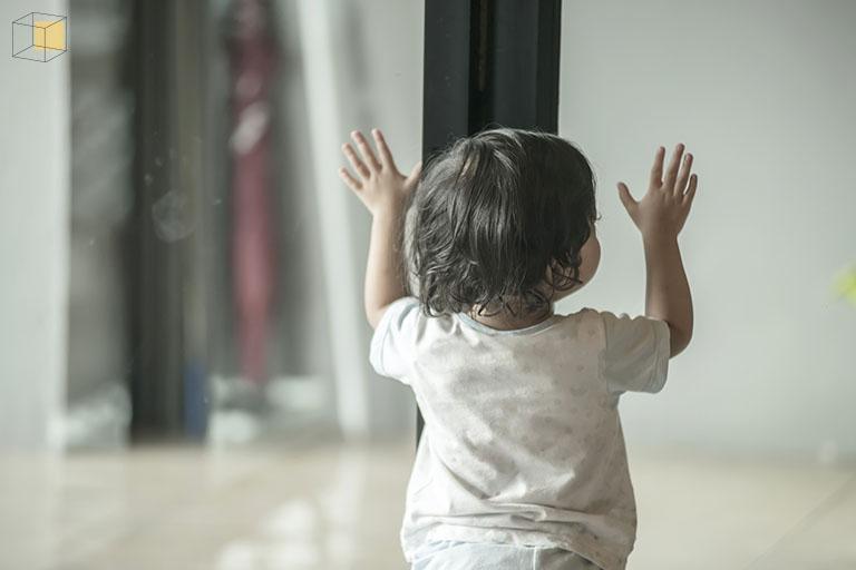เด็กกับประตูกระจก