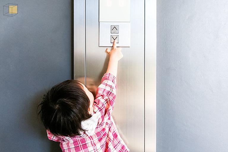 เด็กกับลิฟต์